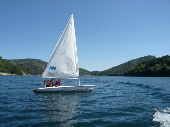 bateau-lac-villefort-camping