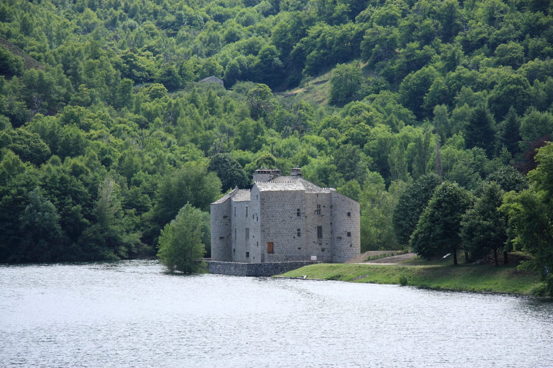 chateau-du-castanet-vilefort-location-chalet-camping-e1572074597419